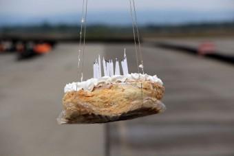 Ez történik, ha 80 km/órával elcsapunk egy tortát