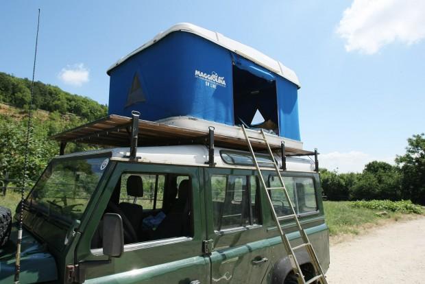 Lehet beköltözni. Az ágynemű, hálózsák simán belefér a csukott sátorba is, felállítás után nem kell berendezni a szállást