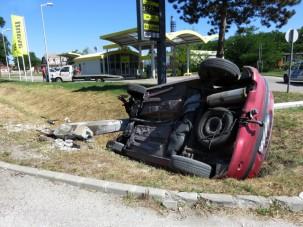 Rendőrök mentették ki a felborult autóból