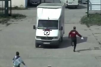 Drámai, ahogy a guruló furgont üldözi a dolgozó