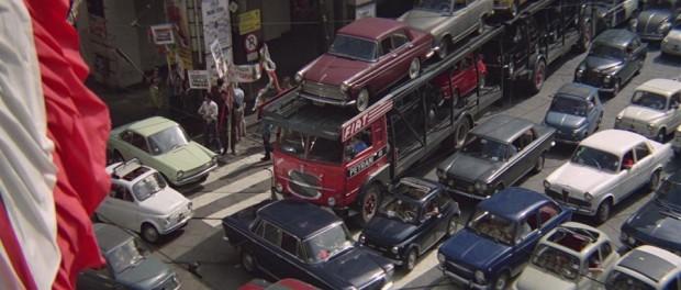 Az olasz meló című 1969-es filmben egy sötétkék, piros belsejű 850-es araszol a káoszban
