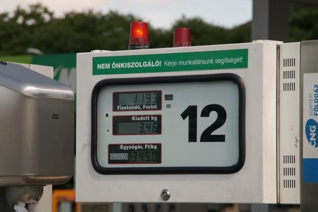 Budapesten mindenhol 345 forint a CNG kilója. Amióta az állam megemelte a jövedéki adót, vidéken sem olcsóbb