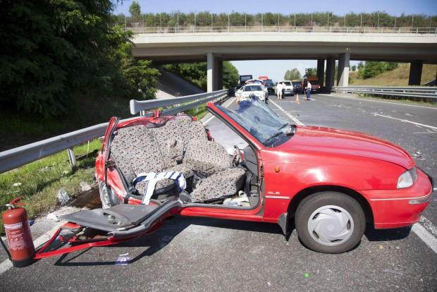 Balatonkeresztúr, 2016. július 29. Összeroncsolódott személyautó az M7-es autópálya Nagykanizsa felé vezető oldalán, a balatonkeresztúri lehajtónál, ahol mikrobusszal karambolozott 2016. július 29-én. A balesetben ketten meghaltak, többen megsérültek. MTI Fotó: Varga György
