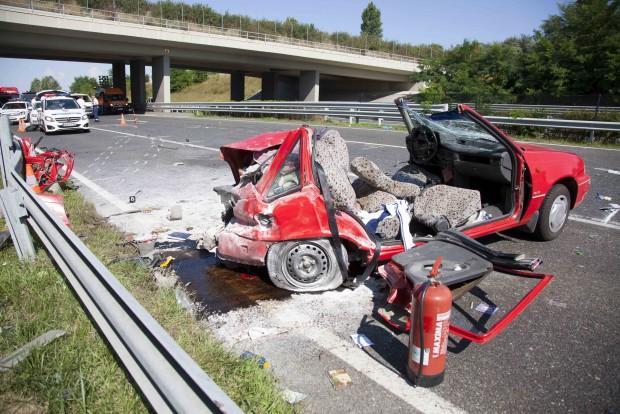 Balatonkeresztúr, 2016. július 29. Összeroncsolódott személyautó az M7-es autópálya Nagykanizsa felé vezető oldalán, a balatonkeresztúri lehajtónál, ahol egy mikrobusszal karambolozott 2016. július 29-én. A balesetben ketten meghaltak, többen megsérültek. MTI Fotó: Varga György