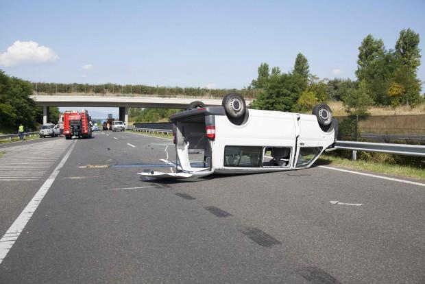 Balatonkeresztúr, 2016. július 29. Felborult mikrobusz az M7-es autópálya Nagykanizsa felé vezető oldalán, a balatonkeresztúri lehajtónál, ahol személyautóval karambolozott 2016. július 29-én. A balesetben ketten meghaltak, többen megsérültek. MTI Fotó: Varga György