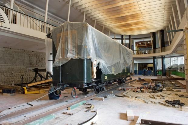 Budapest, 2016. július 25. Szakemberek szállítanak el egy keskeny nyomtávú kisvasúti kocsit a Közlekedési Múzeum megbontott kiállítási épületébõl 2016. július 25-én. Ezen a napon befejezõdött a mûtárgyak elszállítása a Liget Projekt keretében megújuló múzeumból. MTI Fotó: Lakatos Péter
