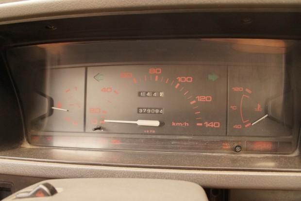 Vén Mazda teherautóm műszeregysége. Ugye, milyen egyszerű? De hajoljunk csak közelebb!