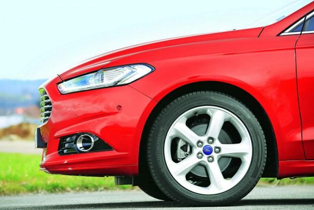 A Renault szériában adja a 19 hüvelykes kerekeket, míg a Fordnál és a Skodánál csak lehetőség a 18-as felni és az adaptív felfüggesztés