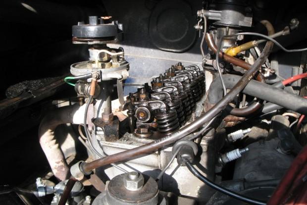 Ma már nem látni ilyet. Nyomórudas, himbás, azaz OHV motor, egyszerű, csavaros szelephézag állítással. Persze az automatikus szelephézag-kiegyenlítők gondtalanabbak, de ha meghibásodnak, a cseréjük elég húzós