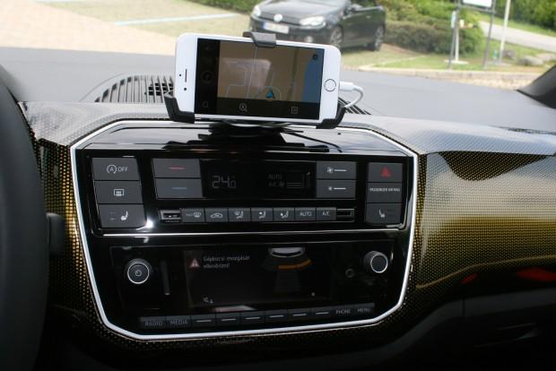A korábbi kijelző helyét átveszi a tulaj okostelefonja, ezen futnak az autó szoftverei és itt látható a navigáció is. A tartó kivitele lehetne igényesebb