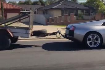 Na, mi van az utánfutón, amit a Lamborghini húz?