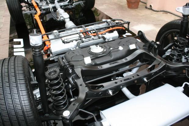 33 kg a hátsó ülések alatti lítium polimer akku tömege. A hátsó futómű is független