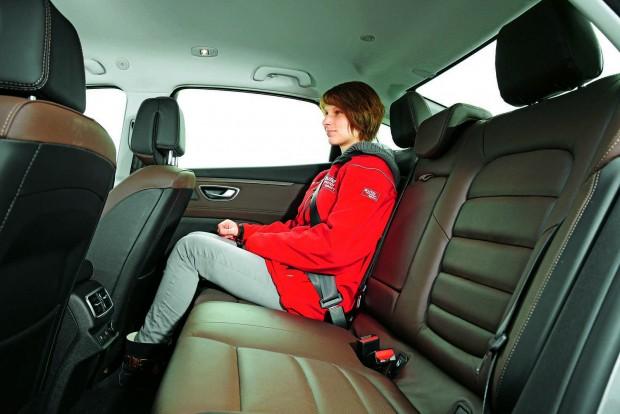 A szellőztethető, fűthető és elektromosan beállítható ülések kényelmesek. Elöl. Hátul kissé szűkös a hely