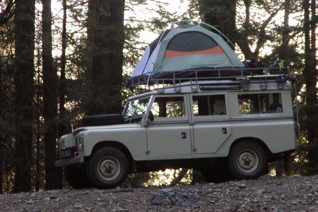 Csöves megoldás: verjünk fel igazi sátrat a hatalmas tetőcsomagtartón