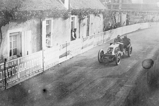 90 lóerős volt Szisz autója, aki a gyors kerékcserékkel tudott sok időt nyerni az 1200 kilométer feletti távú, kétnapos versenyen