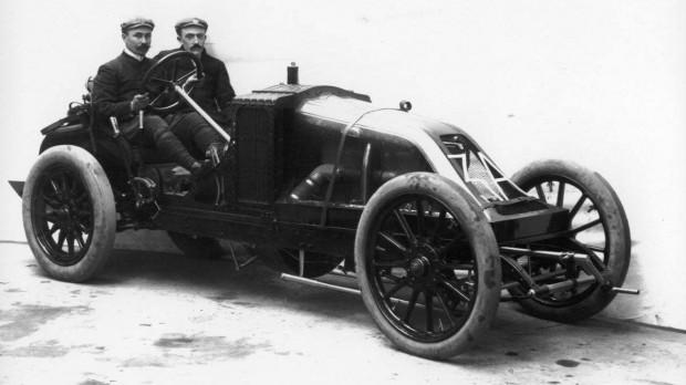 Szisz Ferenc (a volánnál) versenyszerelőként kezdett, majd átvette a kormányt. 1944-ben halt meg Franciaországban