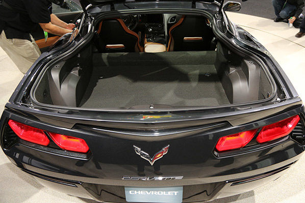 Az aktuális (C7) Corvette Coupé raktere hatalmas, bár meglehetősen szabálytalan alakú.