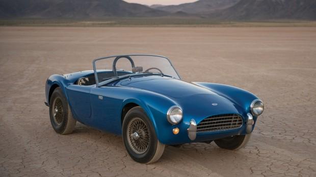 A képen az első 1962-es Shelby Cobra látható, amit maga Caroll Shelby használt és különféle fényezésekkel hordta kiállításról kiállításra a kezdeti időkben. A könnyű sportkocsit szűk 5 másodperc alatt repítette 100 km/órás sebességre a 4,2 literes V8-as motor. Ára azonban igencsak borsos, közel 4 milliárd forinttal a legdrágább amerikai autó lett.
