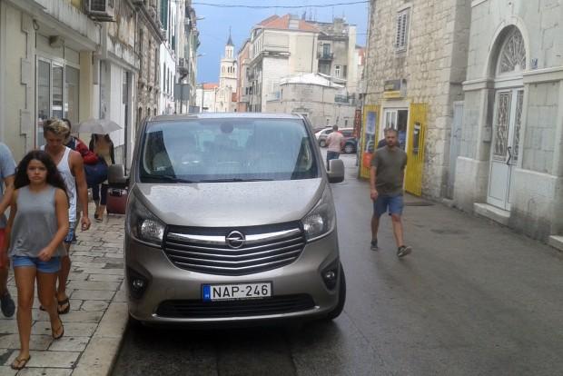 Szűk belvárosban, itt épp Splitben sem nehéz az élet a kisbuszikrekkel. Jók a tükrök, a parkolásban segít a kamera és a radar
