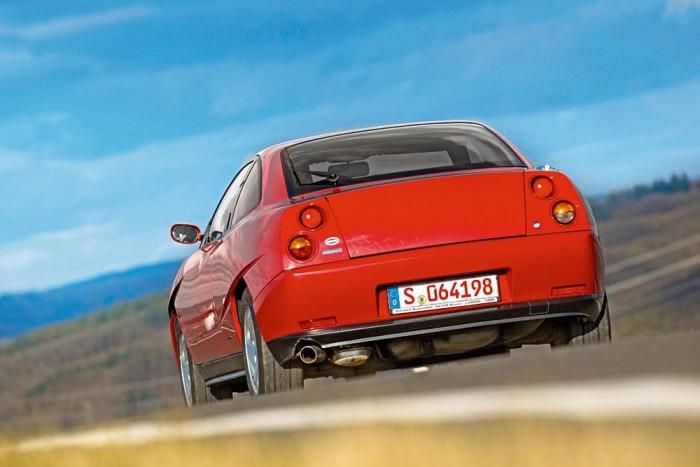 A Coupé műszaki alapjaival nem kockáztatott a Fiat, a bevált nagyszériás megoldásokhoz nyúlt vissza. Az autó semlegesen viselkedik az úton, a kétliteres motor is életerős