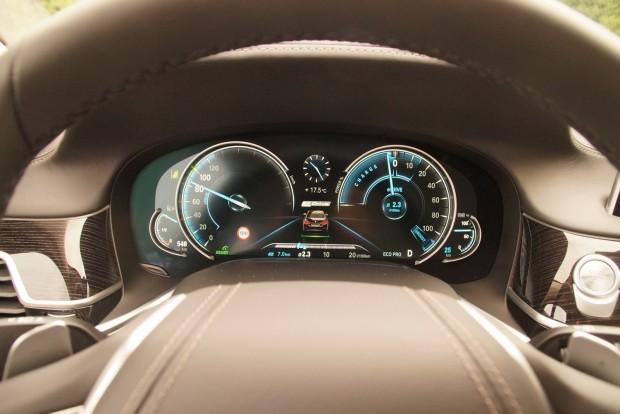 Csak villannyal használva vicces módon eltűnik a sebességmérő skálájának jó része, ilyenkor 140 a vége az autónak és kb, 95 lóerővel gazdálkodhatunk. Padlógázra persze ilyenkor is feléled a benzinmotor