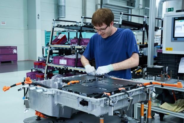 Boldog német munkás sorolja a koreai cellákat a BMW-nél