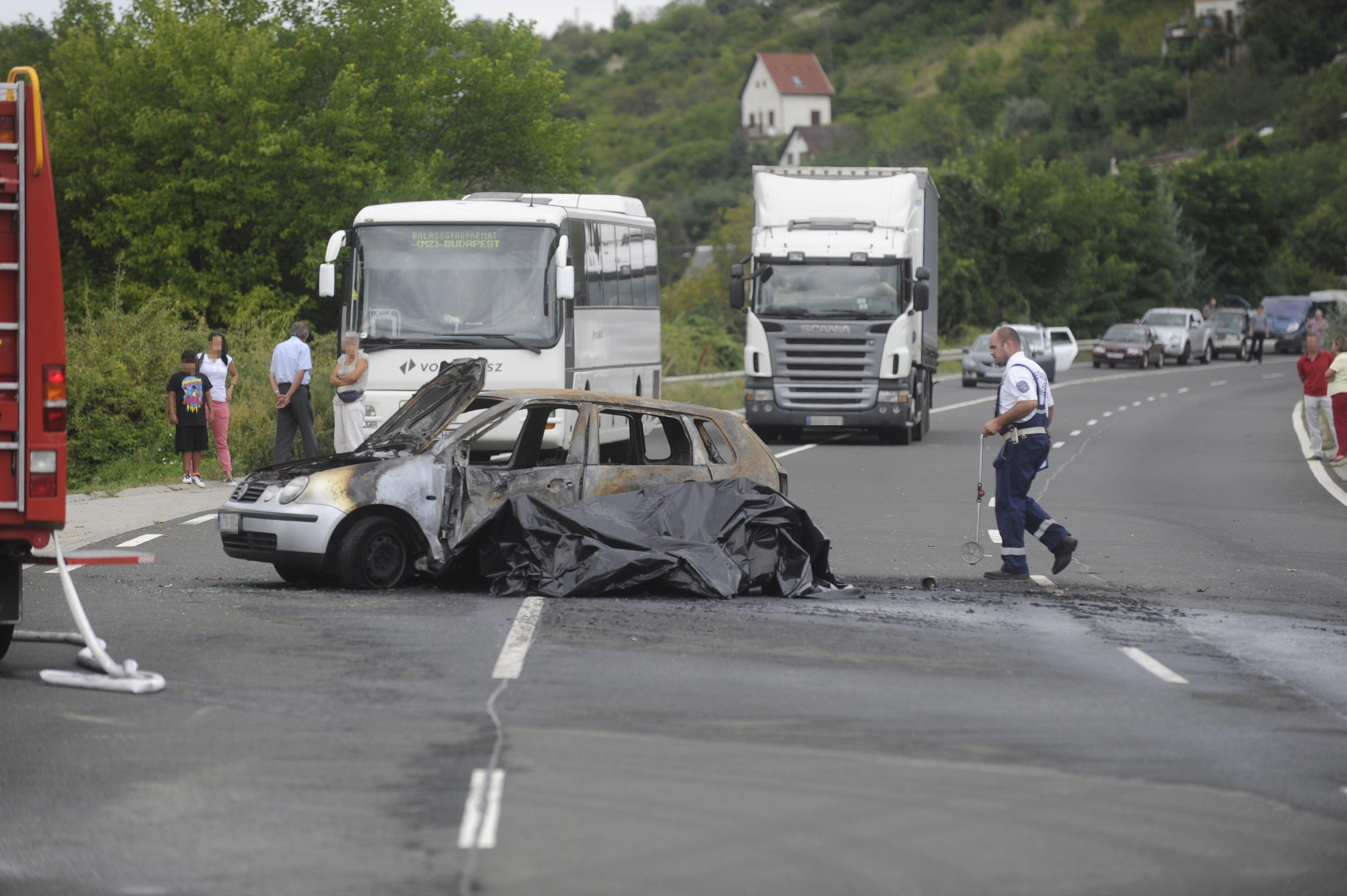 Vác, 2016. augusztus 13. Kiégett személyautó a 2-es főúton Vác térségében, ahol a személygépkocsi egy motorossal ütközött össze 2016. augusztus 13-án. A balesetben mindkét jármű kigyulladt, a motorkerékpár vezetője életét vesztette, utasa súlyosan megsérült. Az autóban ülők közül egy férfi súlyosan, két nő könnyebben megsérült. MTI Fotó: Mihádák Zoltán