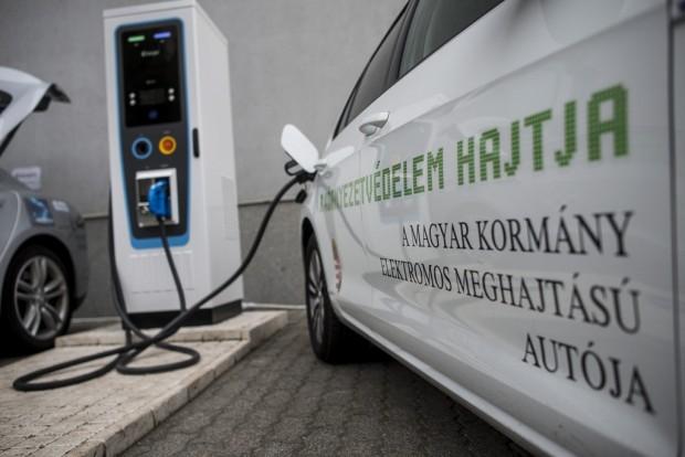 Magyar fejlesztésû elektromosautó-töltõt avattak Budapesten