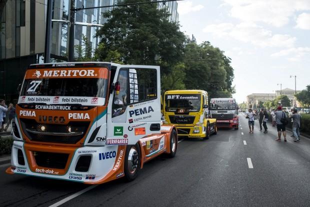 Szinte valamennyi versenykamion felsorakozott a kamion Európa-bajnokság hétvégi futama előtt tartott szurkolói felvonuláson a fővárosi Hősök terén.