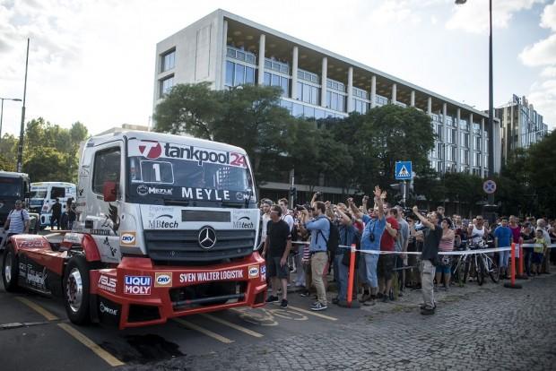 A rajongók a kétszeres Európa-bajnok, címvédő Kiss Norbert versenykamionját is megnézhették. MTI Fotó: Marjai János