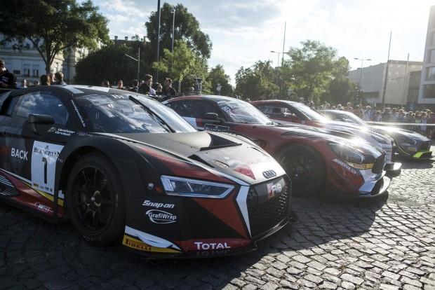 A BlancPain GT széria versenyautóit is megcsodálhatták az érdeklődők. Ötvenhatosok terén. A kamion Eb-futam mellett két másik sorozat, a Blancpain GT Series, valamint a Swift Cup Europe versenyeit is megrendezik a Hungaroringen. MTI Fotó: Marjai János