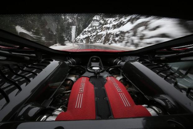 Névleges teljesítményét (670 LE) 8000/perc fordulaton éri el a V8-as biturbó motor.