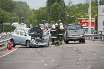 Frontálisan ütközött két autó az Üllőin