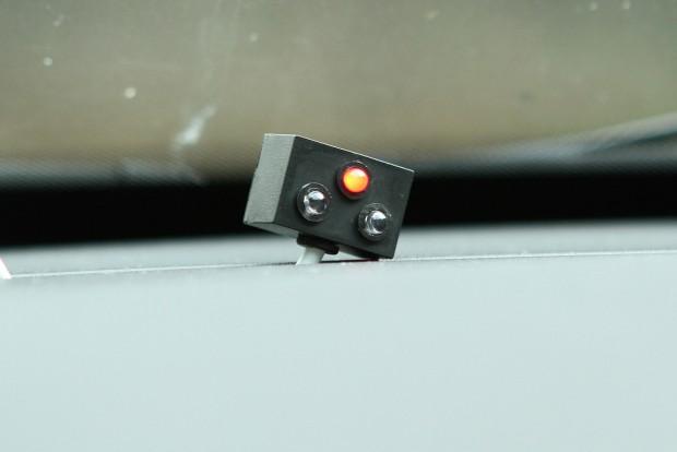 A piros státusz LED. Ha minden rendben, csak 15 másodpercenként villan egyet