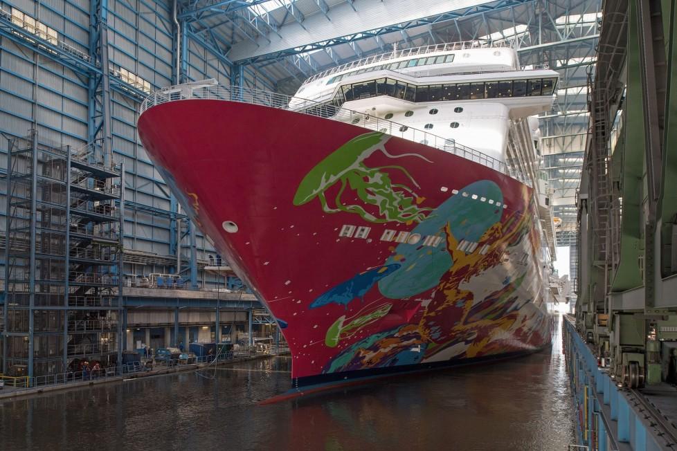 Papenburg, 2016. augusztus 19. Az újonnan elkészült Genting Dream óceánjárót kivontatják a Meyer hajógyár dokkjából az észak-németországi Papenburgban 2016. augusztus 19-én. A Genting Group malajziai hajótársaság megrendelésére gyártott luxushajó 338 méter hosszú. (MTI/EPA/Ingo Wagner)