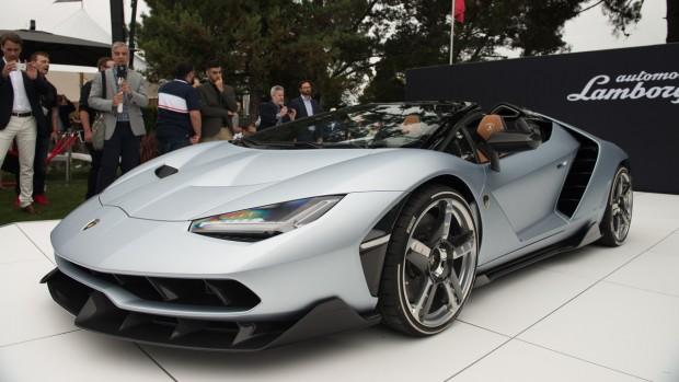 600 millió forintnak megfelelő összeget kértek érte, de ettől csak vonzóbb lett a vevők számára a Lamborghini alapítójának 100. születésnapjára készült, Centenario Roadster névre keresztelt modell. Az autót 770 lóerős V12-es szívómotor hajtja és csupán 2,9 másodpercig tart elérni a 100 km/órát. A temérdek karbon elem mellett az autó egyik különlegessége az utastérben lévő kamera, amivel az utasok reakcióit is fel lehet venni - aztán feldobni a YouTube-ra.