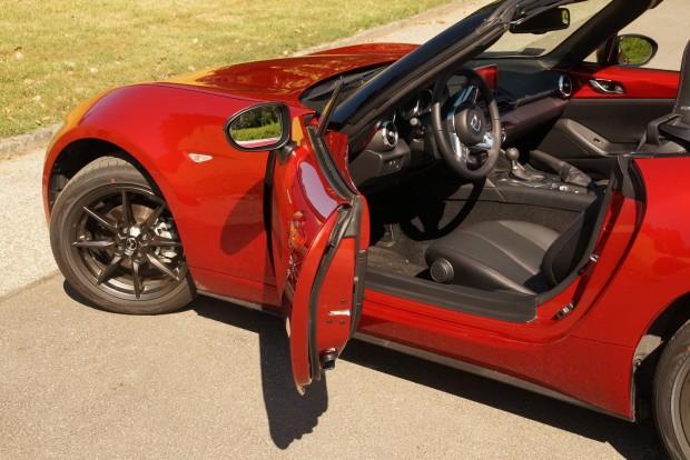 Apró ajtó, apró ülés: 180 centi felett már fészkelődős az autó