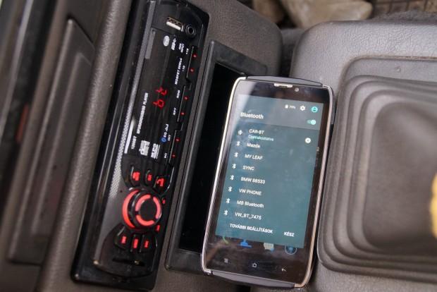 A telefonom pont egy pillanat alatt ismerte fel és rakta el a csilivili tesztautók hipermodern hifirendszerei közé az 5200 forintos CAR BT_t