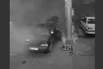 Ilyen, amikor szétrobban egy autó a kúton