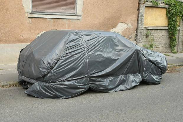 Na, ezen a bedunsztolt autón vajon van rendszám, vagy nincs?