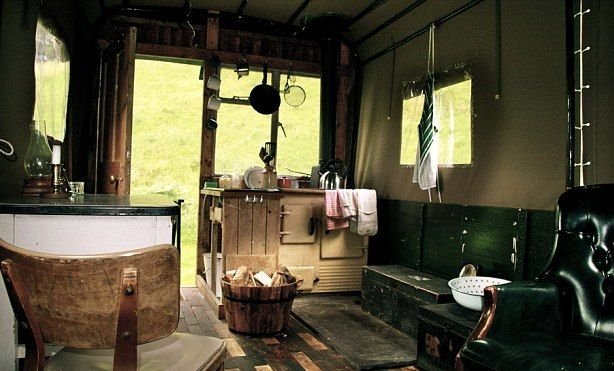 A teherautó platóján kialakított szállodai szobában viktoriánus korabeli tűzhely, ágy, asztal és karosszék is van.