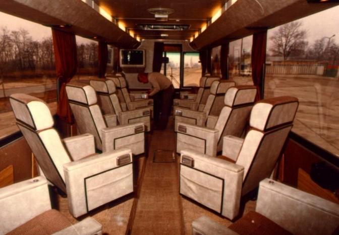Az autóbuszok belsejében általában dönthető háttámlás foteleket helyeztek el, általában egymással szemben, de jellemző megoldás volt a menetirány szerinti elhelyezés