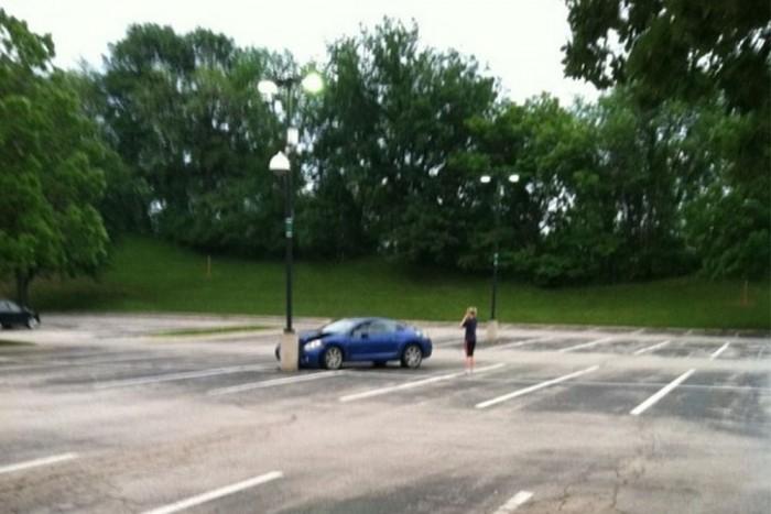 1.- Az üres parkolóban nem egyszerű navigálni, nincsenek autók amik támpontot adnának.