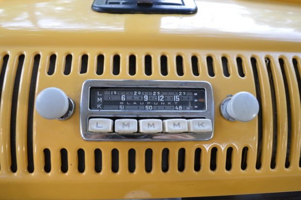 Eredeti gyári rádió, mely a manapság használt frekvenciákat már nem tudja fogni.