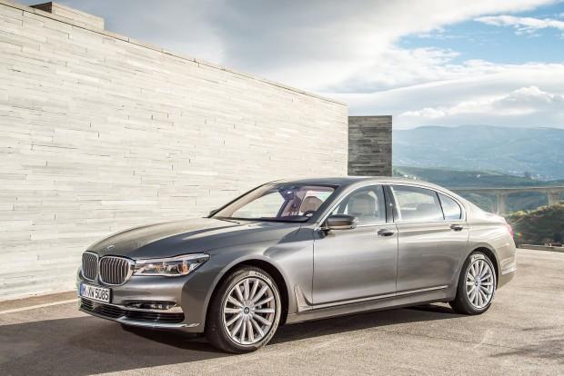 BMW 7-es: hibátlan telefon-csatlakoztatás, a fedélzeti funkciók táblaszámítógépről történő vezérelhetőség, távolról lekérhető helyzetjelentés és csaknem hibátlan központi kezelőegység (iDrive) biztosította a luxusszedán helyét a listán.