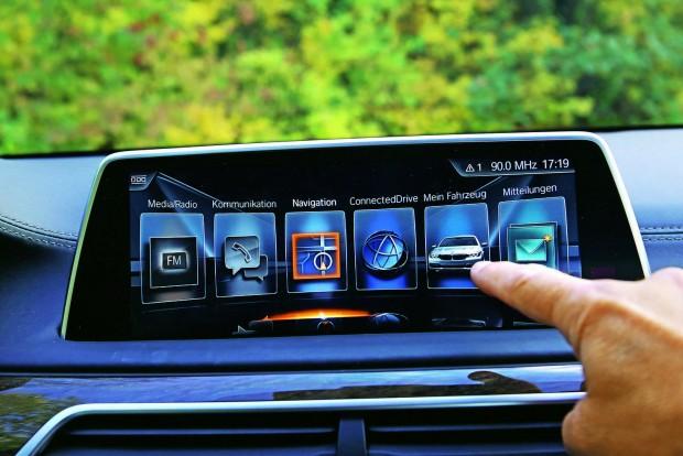 Az érintőképernyő használatához a sofőrnek előre kell hajolnia, ami vezetés közben kényelmetlen