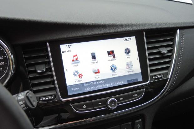 A jobba felszerelt modellekbe 8 colos érintóképernyő kerül.