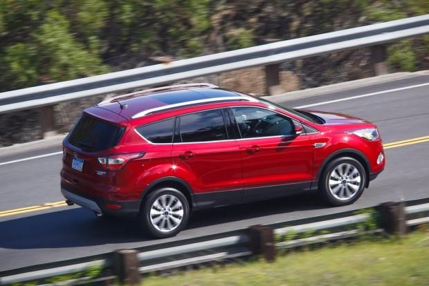 Ford Escape: vezetőtámogató rendszerek garmadája, okostelefonos köldökzsinór az autó és tulajdonosa között, és az azóta ezerfelé elterjedt, de mégis csak a Ford által kitalált lábfejrángatásos csomagtérajtó-nyitás.