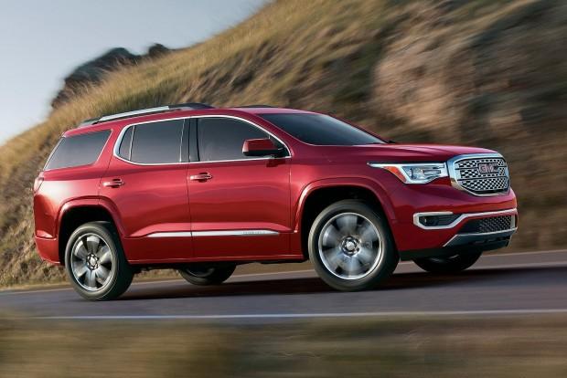 GMC Acadia: a General Motors ötméteres szabadidőjárműve középre rendezett, mechanikus kapcsolókkal egészíti ki az egyre inkább készpénznek vehető multitouch érintőképernyőt. A tesztelők szerint különösen jó az adaptív tempomatja.