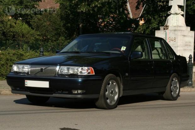 Karakteres, békés, elegáns és kényelmes autókat vehetünk olcsón. A 960-as Volvo utolsó sorozata volt az akkori S90